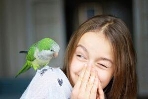 ave con niña